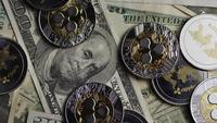 Drehende Aufnahme von Bitcoins (digitale Kryptowährung) - BITCOIN RIPPLE 0293