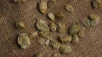 Plan tournant de l'orge et d'autres ingrédients brassicoles - Bière Brewing 251