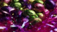 Tournant coup de bonbons de Pâques colorés sur un lit d'herbe de Pâques - PÂQUES 247