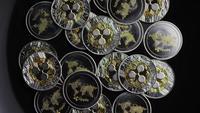 Drehende Aufnahme von Bitcoins (digitale Kryptowährung) - BITCOIN RIPPLE 0177
