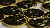 Roterende opname van Titan Bitcoins (digitale cryptocurrency) - BITCOIN TITAN 032
