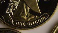 Roterende opname van Titan Bitcoins (digitale cryptocurrency) - BITCOIN TITAN 053