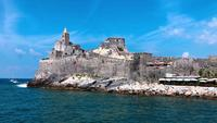 Boot langs de oude kerk van Saint Peter in Portovenere in 4K