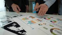 Grupp affärsmän som arbetar under förklarar diskussioner om finansiella diagram och företagsdiagram