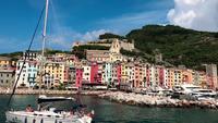 Barco pasando por la iglesia del santuario de Nostra Signora delle Grazie en 4K