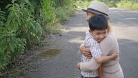 Heureuse maman de famille embrassant son fils