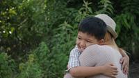 Glückliche Familienmutter, die ihren Sohn umarmt