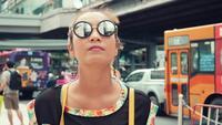 Resande kvinna bär glasögon på gatan