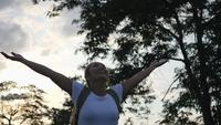 CÁMARA LENTA, Primer plano de una mujer joven de pie levantando las manos para arriba contra el éxito de la demostración