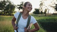 Ralenti, randonneur femme heureuse trekking sur la marche en forêt