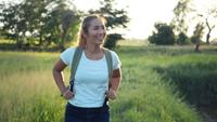 Câmera lenta, mulher feliz caminhante trekking andando na floresta