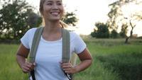 Slow motion, Lycklig kvinna vandrare vandring på gång i skogen