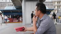 Turister blev stulna pengar, han bad på gatan för välgörenhet