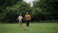 Grootmoeder met kleindochter wandelen praten over familie in het park