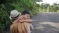 Mutter umarmt ihren Sohn in Zeitlupe