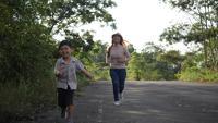 Câmera lenta, mãe e filho correndo na rua