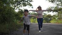 Långsam rörelse, mor och hennes son går på gatan