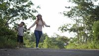 Ralenti, mère et son fils marchant dans la rue