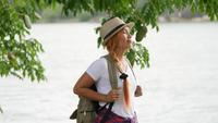 Vrouw met een rugzak lopen ontspannen en vernieuwen van de lucht