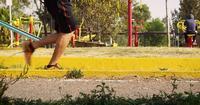Offentlig park med en löpare i förgrunden