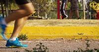 Öffentlicher Park mit gehenden und laufenden Menschen
