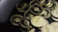 Roterende opname van Bitcoins (digitale cryptocurrency) - BITCOIN ETHEREUM 143