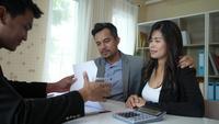 Glückliches Paar sitzen im Gespräch und investieren ihre Geschäftsangelegenheiten mit Businessplaner