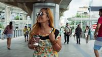 Zeitlupe der schönen Modefrau, die in die Stadt geht