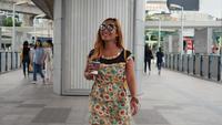 Câmera lenta de moda linda mulher andando na cidade