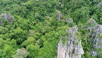 Luchtmening die over berg in Thailand vliegen