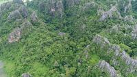Luftaufnahme, die über Berg in Thailand fliegt