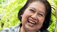 Dama senior alegre riéndose de una broma