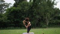 Schöne Frau macht Yoga im Park
