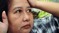 Porträt einer besorgten und sehr betonten älteren Frau