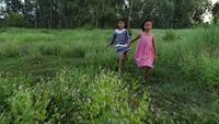 Deux petites filles courir autour du parc, concept de l'amitié