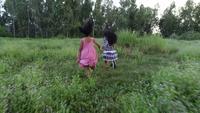 Duas meninas correndo ao redor do parque