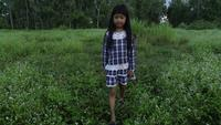 Petite fille marchant dans le parc