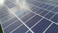 Flygfoto över solcellsgård