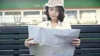 Femme asiatique de routards voyageur voyage à Bangkok, en Thaïlande. Bonne direction jeune femme et à la recherche sur la carte de localisation à la gare avant le voyage.
