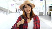 Attraktiv ung leende asiatisk kvinna utomhus porträtt i staden riktiga folk serien. Utomhus livsstil mode porträtt av glad leende asiatisk tjej. Sommar utomhus lycka porträtt koncept.