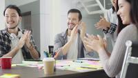 Gruppe zufällig gekleidete Geschäftsleute, die Ideen im Büro besprechen. Am Besprechungstisch versammelten sich kreative Fachleute, um die wichtigen Fragen des neuen erfolgreichen Startprojekts zu diskutieren