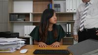 Angry Boss regañando a una empleada en el trabajo
