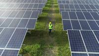 Vue aérienne d'ingénierie vérifiant la ferme de cellules solaires