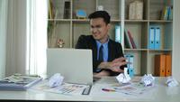 Homme d'affaires fatigué assis s'ennuyer après une dure journée de travail au bureau.