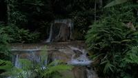 Cachoeiras de floresta tropical e águas cristalinas