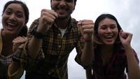 Diverse Groep Jonge Hipster-Vrienden die gelukkig vieren