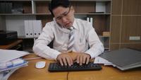 GeschäftsmannBüroangestellter, der auf einer Laptop-Computer schreibt