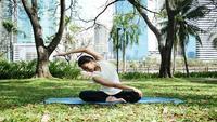 Jovem mulher asiática yoga ao ar livre manter a calma e medita enquanto pratica ioga para explorar a paz interior.