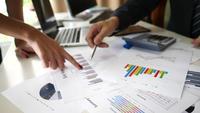 Die Hände der Geschäftsleute, die Analyse tun und ein Geschäftsprojekt in einem Büro planen.