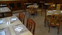 Zicht op kamer met tafels geserveerd in restaurant in hotel